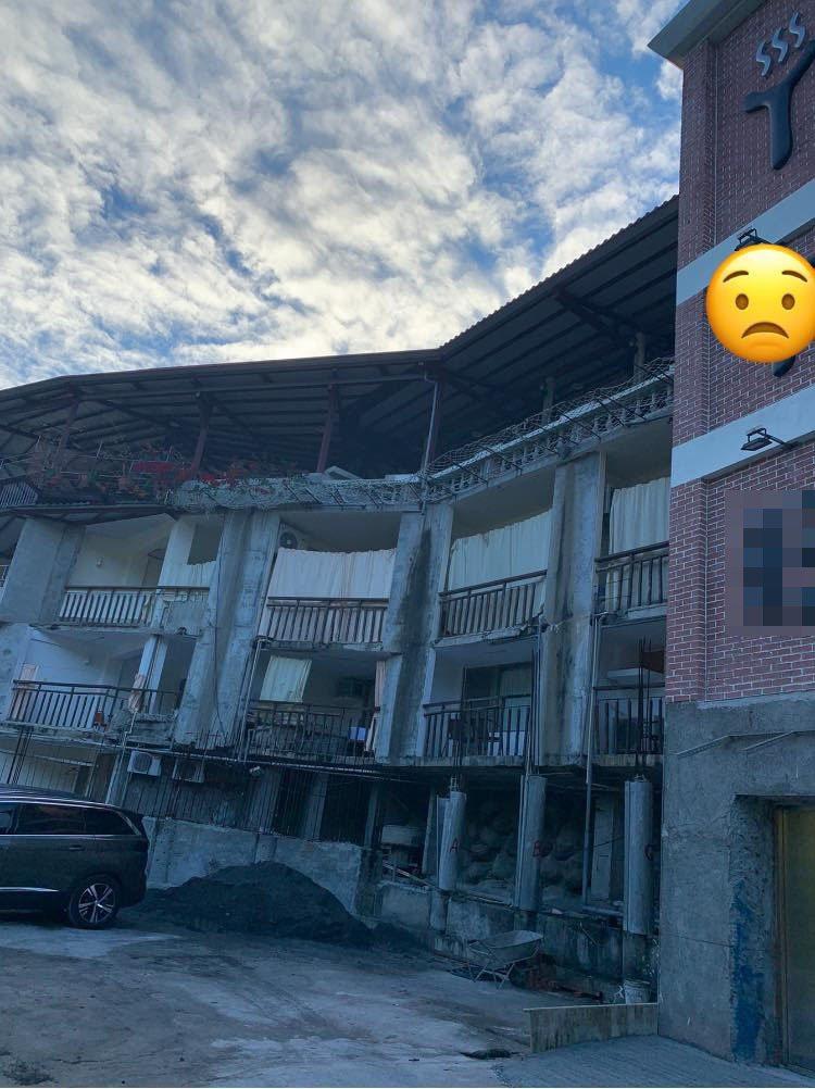 一名網友訂了台東的溫泉飯店,但到了現場後卻相當傻眼,地上全是砂石、陽台使用鐵片遮著,模樣宛如入住工地。圖/好想住飯店,好康、踩雷不藏私