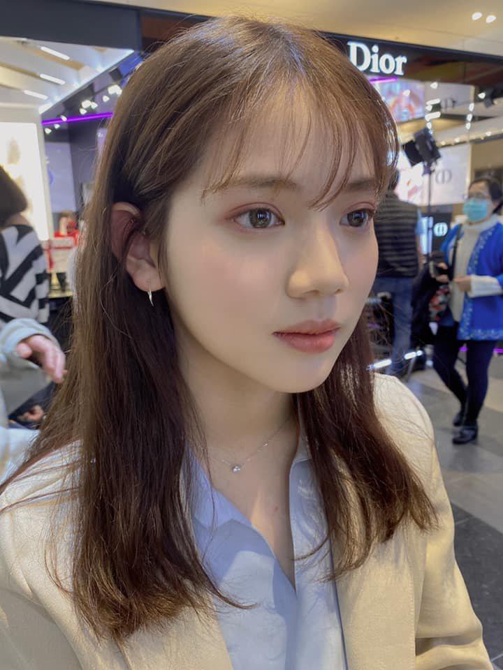 王彩樺拍下愛女上妝的畫面。圖/擷自臉書