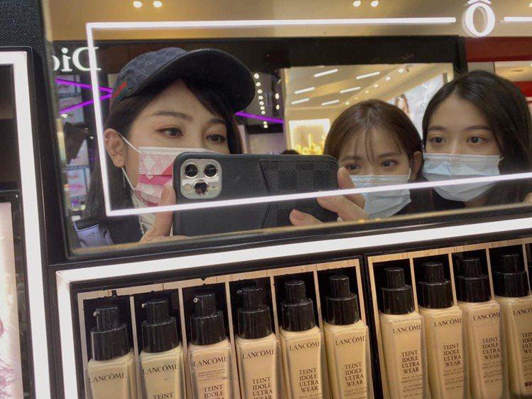 王彩樺與2個女兒合照。圖/擷自臉書