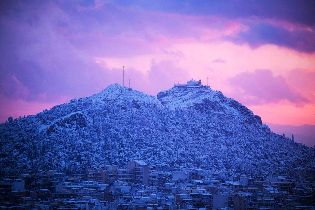 受到北極圈冷空氣的影響,各地罕見降下大雪,以往希臘北部的冬季均溫都約莫在攝氏零度...