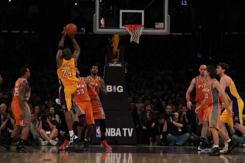 NBA為了保護球員,減少肢體碰觸的機會,這讓持球進攻增加了創意和觀賞性,亦造就今日出現眾多才華洋溢的進攻好手。 陳光立/攝影