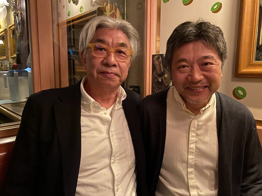 倪重華(左)至今仍積極參與娛樂藝文界事務,圖為他與日本導演是枝裕和合影。照片提供...