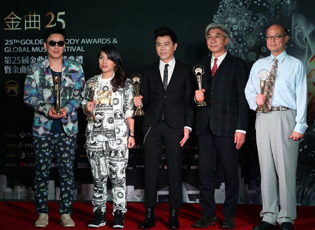 倪重華(右二)至今仍積極參與許多第一線娛樂文化事務。圖/報系資料照
