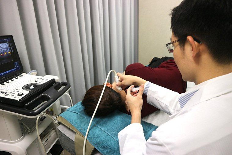 尤稚凱醫師在超音導引之下施行增生療法 圖/菁英診所 提供