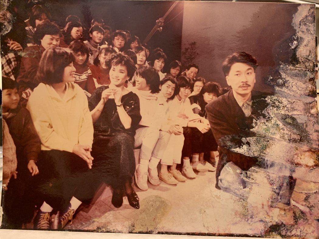倪重華(右)參與製作《週末派》,左二為主持人張小燕。照片提供/倪重華
