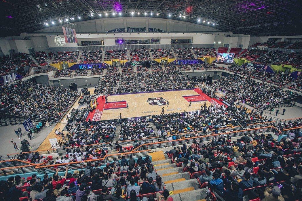 攻城獅選定新竹作為主場後,斥資1500萬新台幣整修比賽所在的新竹縣立體育館。 圖...