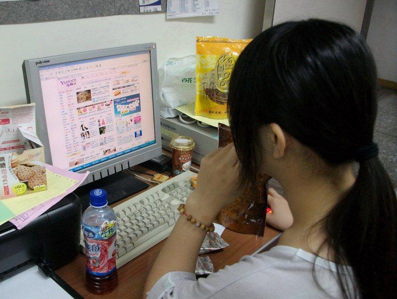 網友分享一段「時代的眼淚」文字,包括使用奇摩即時通。 上網示意圖/本報資料照片