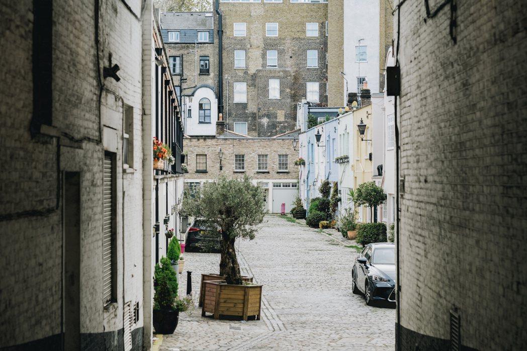 隨意挑西倫敦任一處 Mews,往拱形入口緩緩走進去,彷彿溜入一個小時光隧道。 圖...