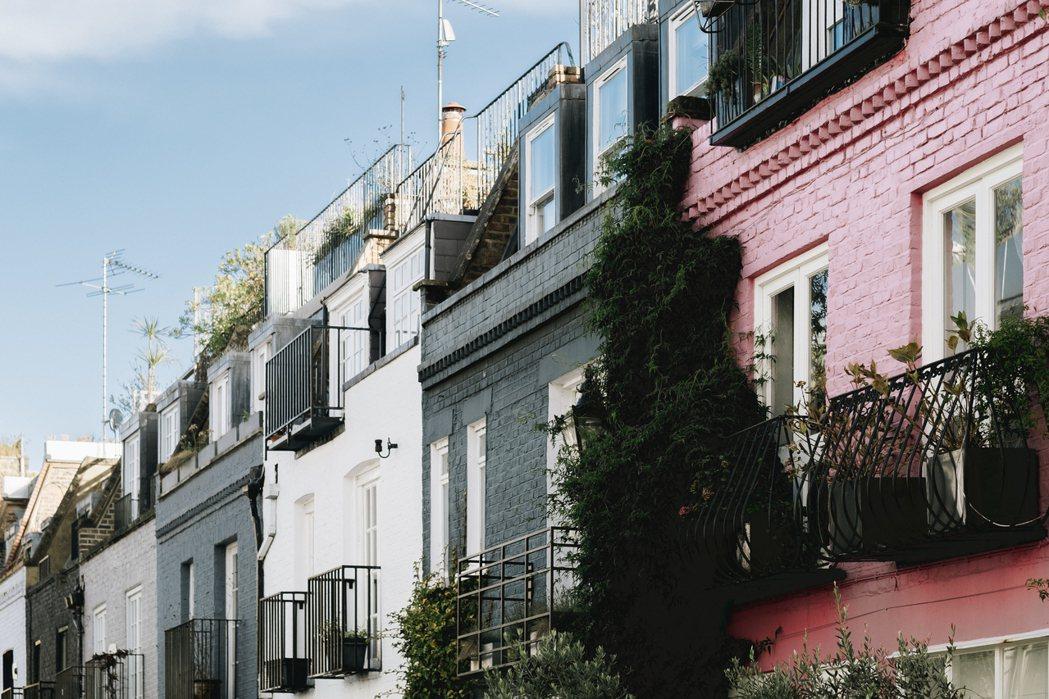 兩側整齊排列著一棟棟兩層樓高的屋舍,幾戶人家刻意讓植物沿著自家攀爬。 圖/倫敦男...