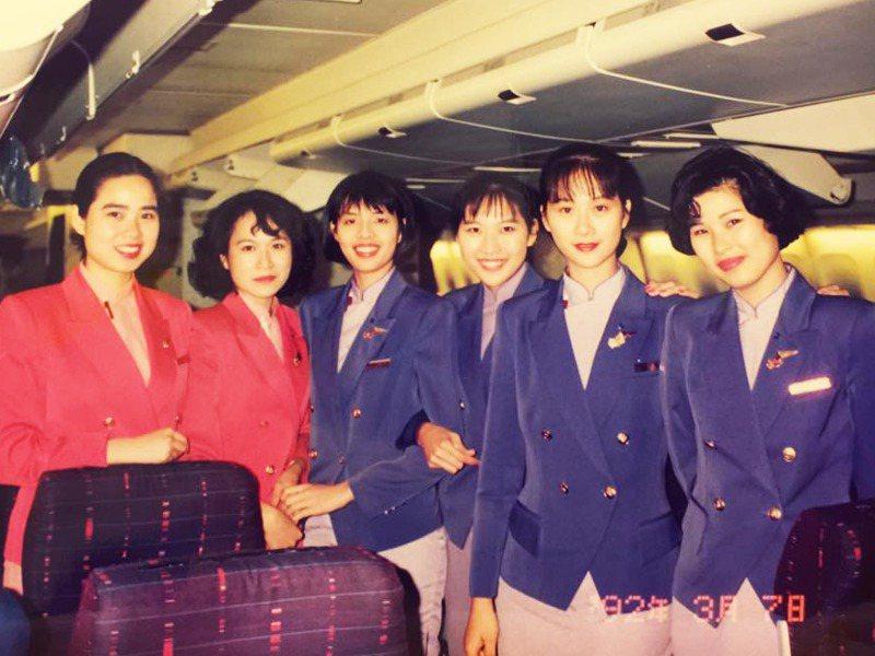 曾任華航空服員的張卉蘋(左二)與同事攝於747-400客艙。圖/張卉蘋提供