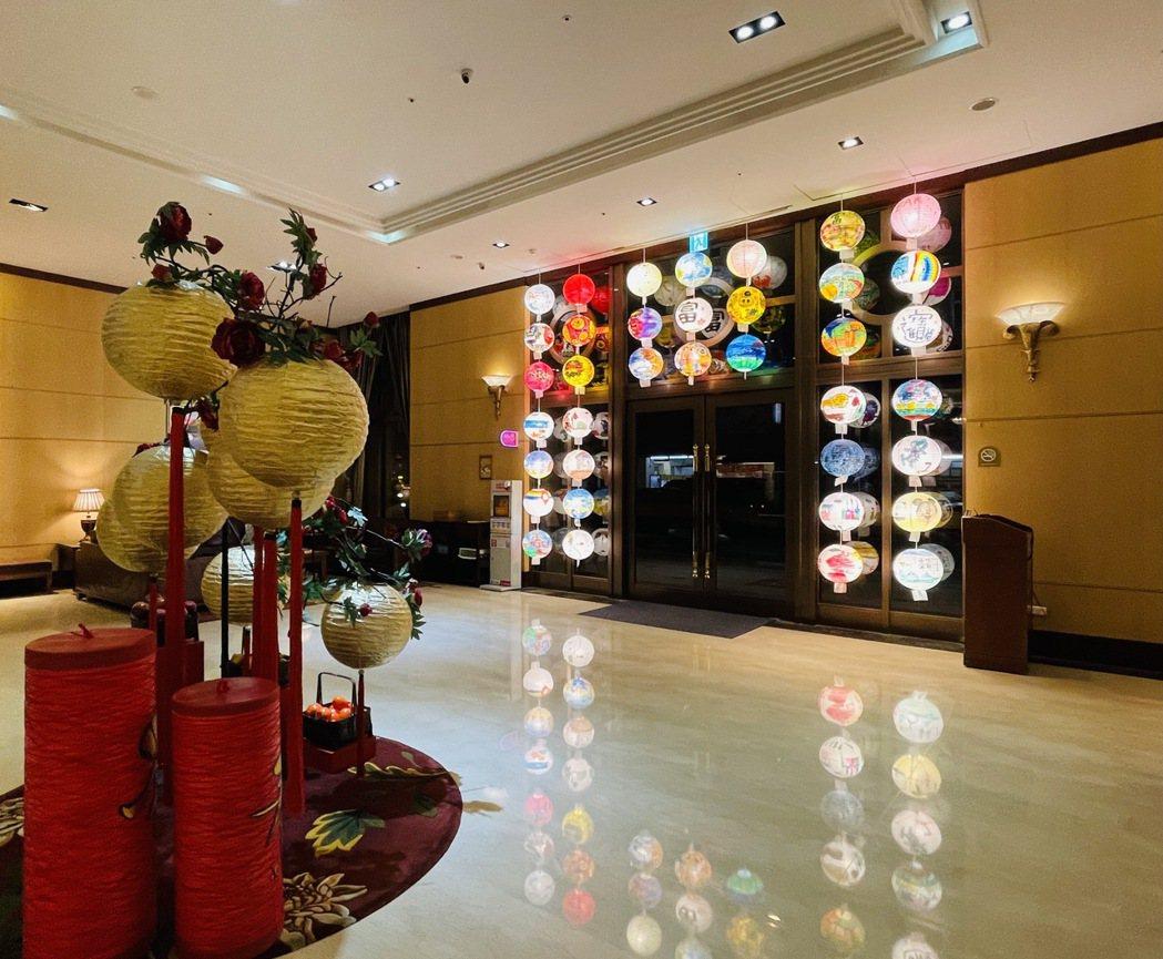 飯店以手繪花燈歡迎民眾來台南過年。 台南富信大飯店/提供