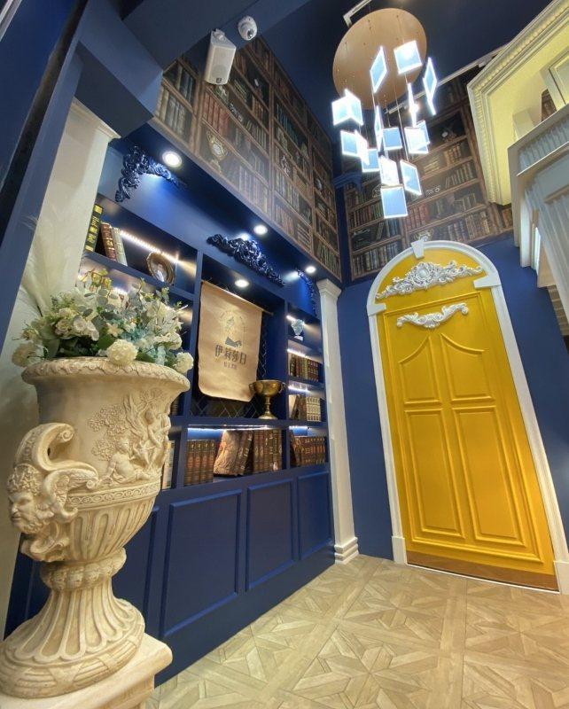「伊莉莎白紅茶書房」裝潢美,特設攝影區,吸引消費者拍照打卡,快速打出知名度。 業...