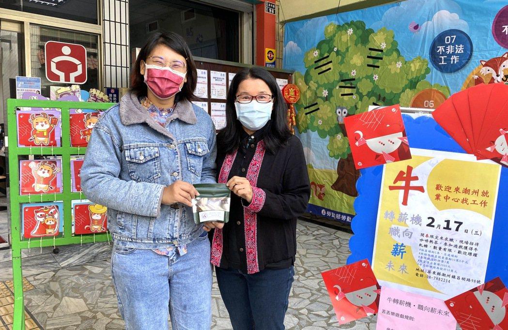 潮州就業中心楊主任(右)和民眾開心合影,也獻上新春開工禮。 高屏澎東分署/提供。
