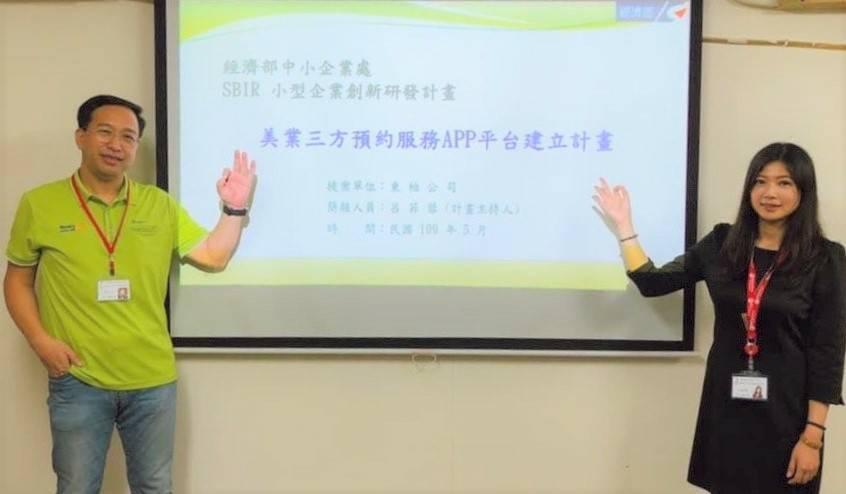 東柏建設董事長張洋文(左)與新北市婦女會美業專業講師呂菲蓉,共同合作「美業三方預...
