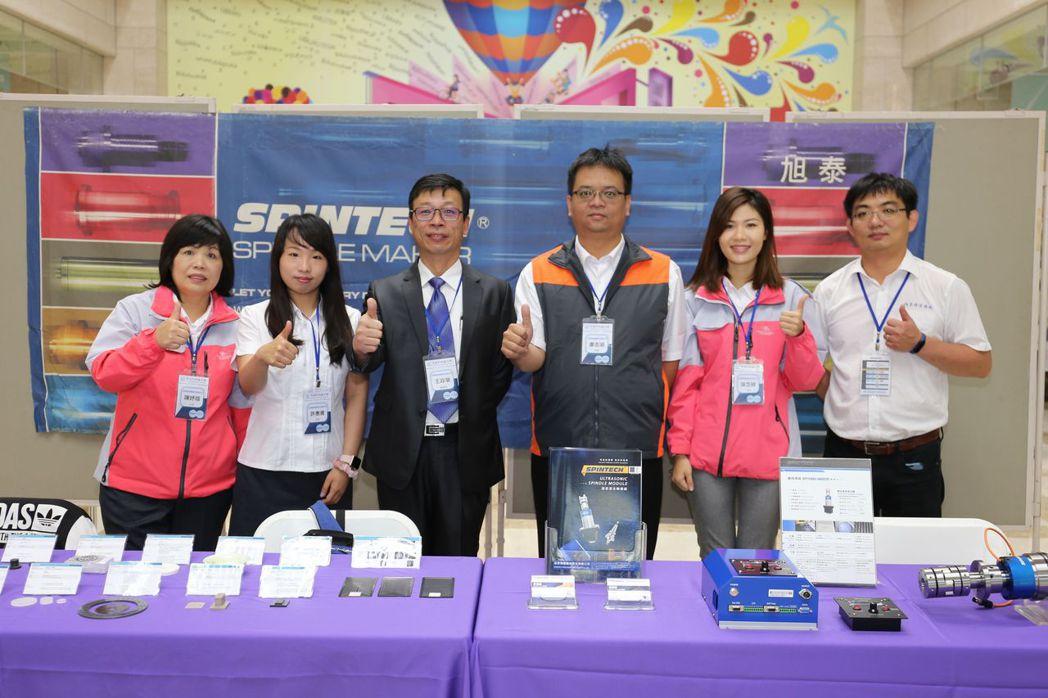 旭泰董事長王政榮(左三)與夥伴合影。 黃奇鐘/攝影