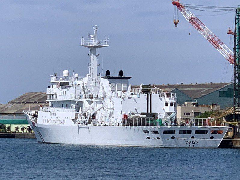 海岸巡防署以避免與中國大陸海警船混淆為由,下令改變海巡艦艇舷側現有文字塗裝,在現有R.O.C COAST GUARD上方,增加醒目「TAIWAN」塗裝。圖為增加新文字塗裝的海巡新北艦。記者洪哲政/攝影