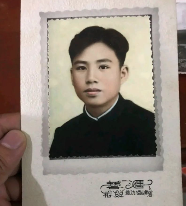有網友在整理奶奶遺物時,發現了一張年輕男士的照片,照片後有一組數字「代碼」,她發上網,希望網友協助「破譯」。圖/取自騰訊新聞網