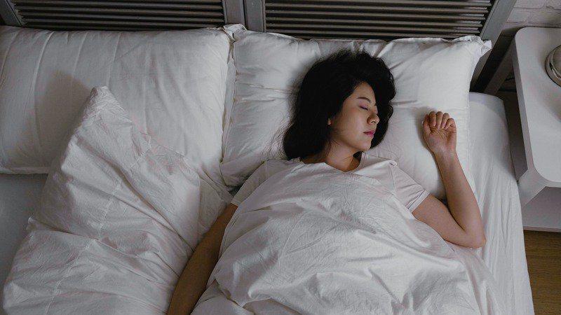 本週五清晨最低溫恐到急凍8度,台大醫院北護分院院長黃國晉表示,清晨交感神經旺盛,會刺激血管、心臟,是猝死容易發生的時機,起床時,起身不要太快,否則容易低血壓;或房間可開暖氣,才不會「起床身體暖、房間冷」,避免溫差大引起身體不適。圖/123RF