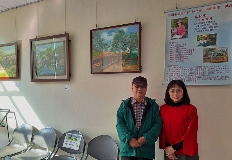 退休老師林秋宏(右一)今起在台南市安平區政藝廊推出「璀璨安平寫生個展」。記者鄭惠仁/攝影