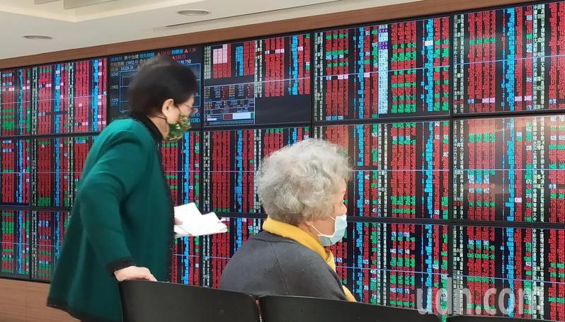 經過農曆春節休市,台股今早開盤強勢大漲,以16197點開出,早盤漲逾500點,再創史上新高,投資人一早緊盯大盤。記者林俊良/攝影