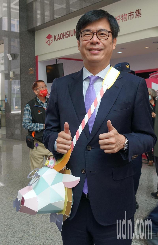 高雄市長陳其邁今天公開今年高雄市的小提燈「牛揹揹」,並向台南市長黃偉哲、新北市長侯友宜喊話,強調高雄的小提燈一定是全台第一。記者楊濡嘉/攝影