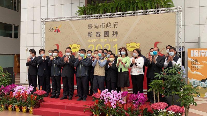 台南市長黃偉哲(左五)今率市府一級以上主管進行新春團拜。記者鄭維真/攝影