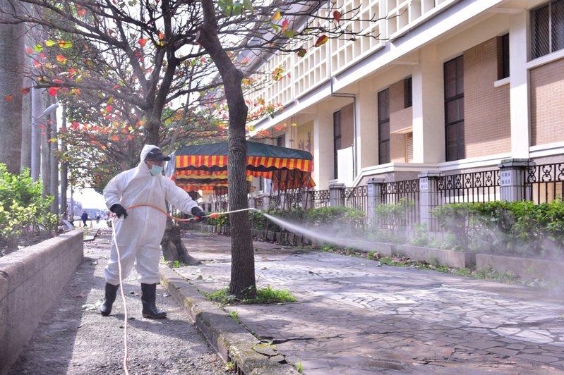 花蓮市公所清潔隊今天起到市內高中職以下學校,展開全面消毒,迎接開學到來。圖/市公所提供