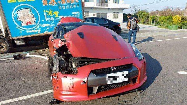 一輛「東瀛戰神」紅色GT-R,甩尾失敗變廢鐵。翻攝/黑色豪門企業