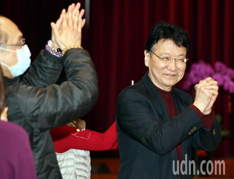 中廣董事長趙少康(右)主持中廣新春團拜,拱手向同仁拜年。記者侯永全/攝影