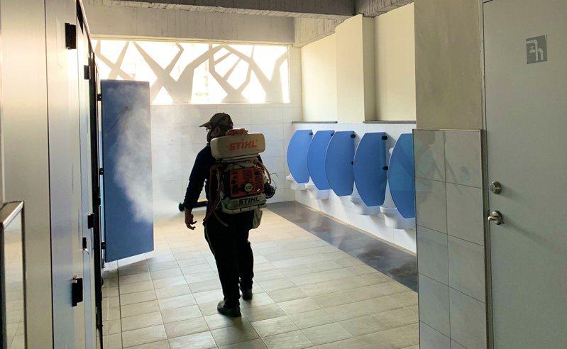 高雄市三民高中進行環境清消。圖/高雄市教育局提供