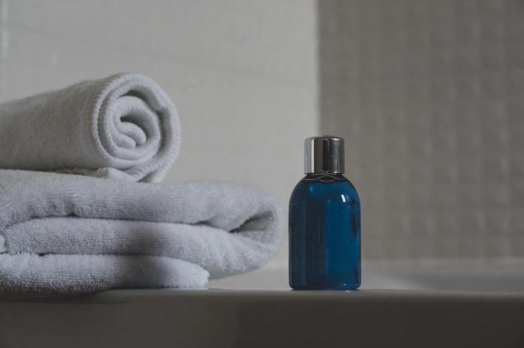 使用溫和不刺激的清潔產品洗髮,為頭皮保濕。圖/摘自pexels