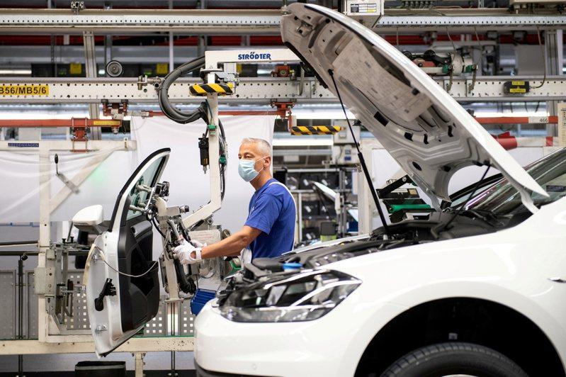 福斯汽車(Volkswagen)位於德國Wolfsburg的生產線。  路透