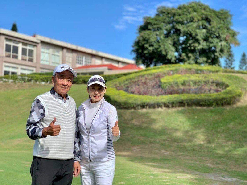 張月麗(右)與國寶集團育樂事業群營運長陳志明在球場切磋球技。圖/國寶集團提供