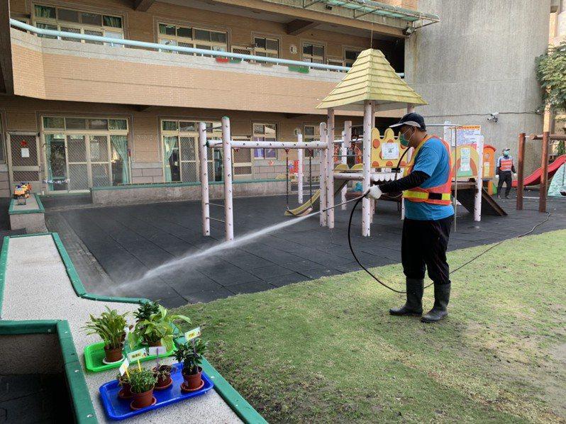 因應延後開學日,南投縣內各級學校本周日展開全面消毒,特別在學校周邊及戶外公共區域,實施環境消毒工作。圖/本報系資料照片