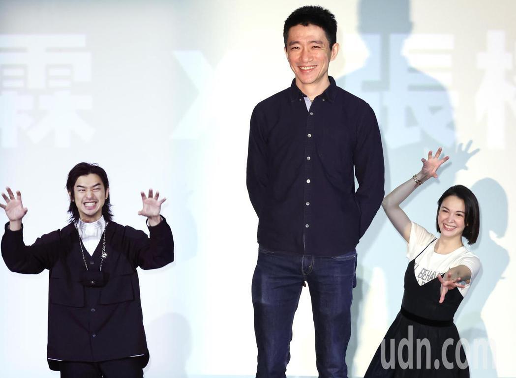「鬼才之道」新片發布,導演徐漢強(中)、演員陳柏霖(左)、張榕容(右)。記者曾學...