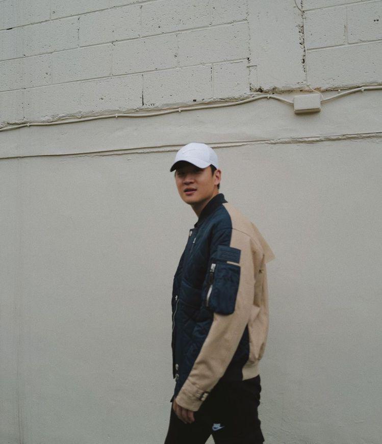 周興哲詮釋BURBERRY可拆式連帽絎縫尼龍及棉質外套,69,000元。圖/取自...