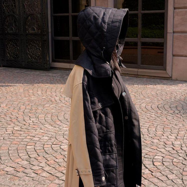 林映唯身穿BURBERRY可拆式連帽絎縫苧麻棉及棉質連帽大衣,12萬5,000元...