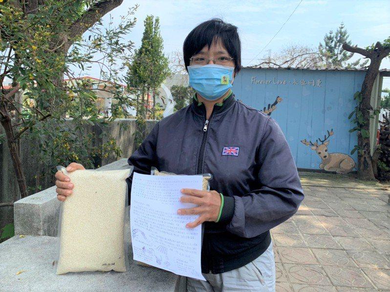 成大歷史系畢業楊淑華回到農村用友善耕種方式種米,每年收成後都會寫「親手信」給「穀東」。記者吳淑玲/攝影