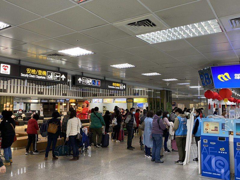 今年受疫情影響,春運候補人潮減少,圖為今天尚義機場,仍有不少搭機民眾。記者蔡家蓁/攝影