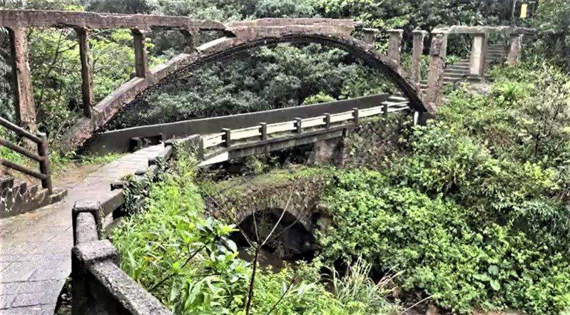 遊客爬3米高市定古蹟瑞芳水圳橋,人摔落且橋面斷裂恐觸法。記者游明煌/翻攝