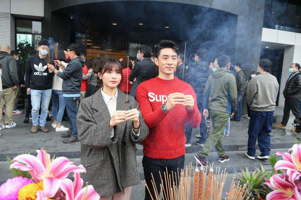 管麟(右)吳季璇首度參與三立開工團拜。圖/三立提供