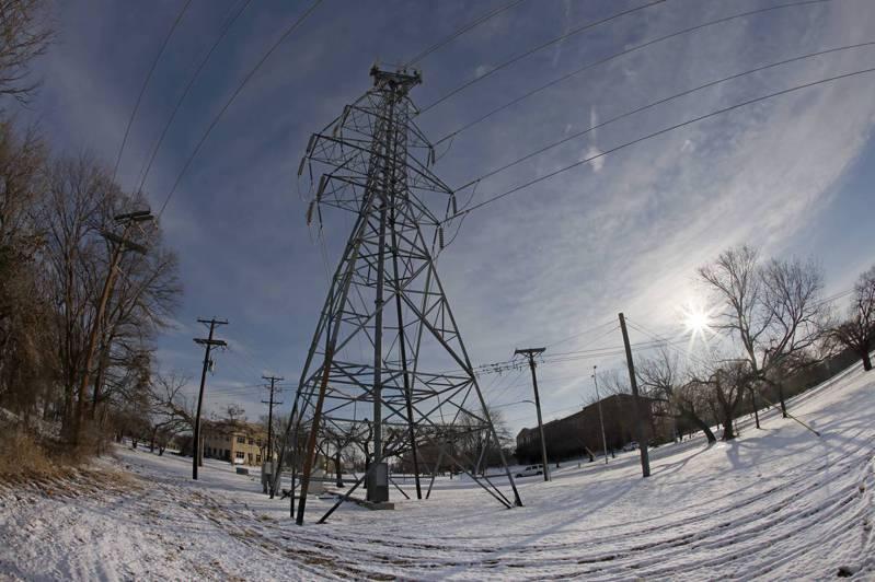 暴風雪造成德州大停電,沃斯堡市16日用輸電塔支撐電線。法新社