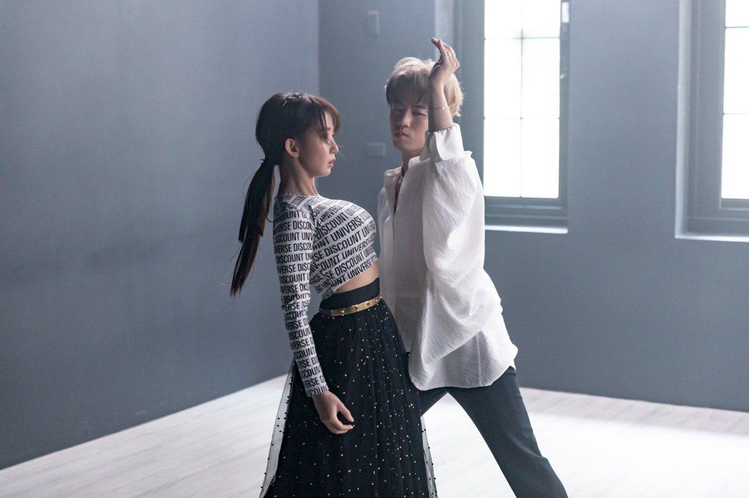 郭書瑤(左)首度解鎖男女共舞,造型火辣逼人。圖/寬寬整合行銷提供