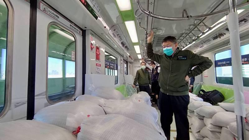 台北市長柯文哲今天下午搭乘滿載的中捷列車,關心測試改善情形。圖/台中捷運公司提供