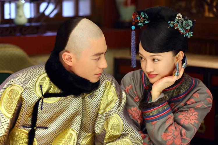 周迅(右)演出「如懿傳」時,一度被指少女感不足。圖/中天娛樂台提供