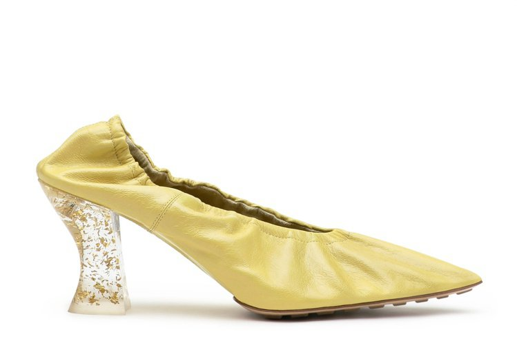 Almond 小羊皮異材質跟鞋(檸檬黃),32,500元。圖/Bottega V...