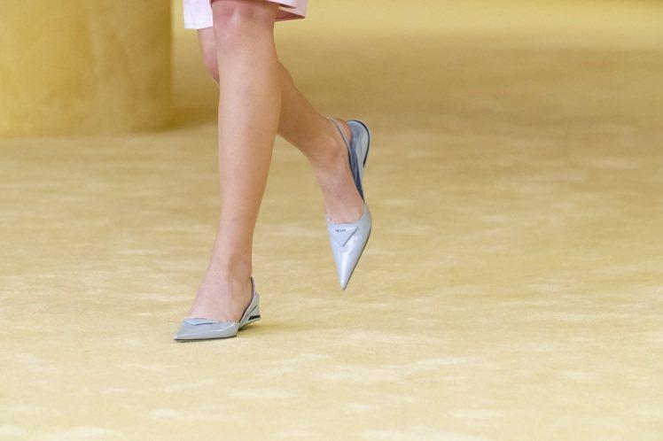 PRADA也採用了品牌經典湖水綠和粉藍、粉紫等色,推出帶有運動感的皮革尖頭低跟鞋...