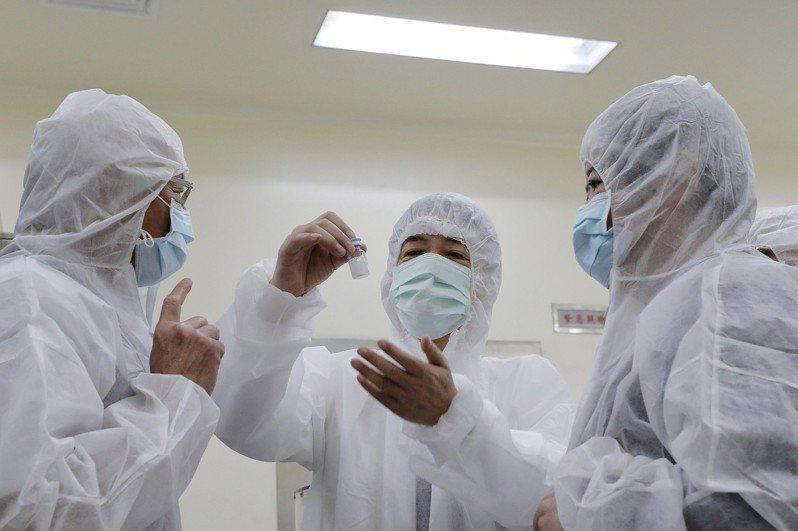 副總統賴清德今天參訪「國光生物科技公司」、「高端疫苗生物製劑公司」及「聯亞生技公司」,關心我國新冠肺炎疫苗研發進度。圖/總統府提供