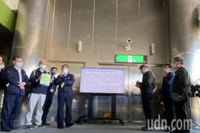 台北市長柯文哲今天下午搭乘台中捷運測試列車,由台中市副市長黃國榮陪同。記者趙容萱/攝影
