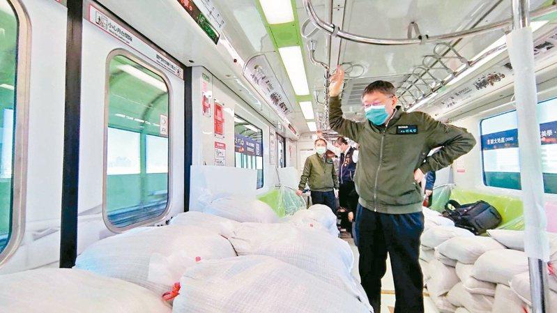 柯文哲昨搭滿載沙包的中捷列車,關心測試結果。圖/台中捷運公司提供